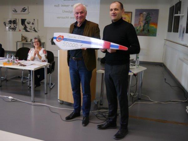 Guido Hedemann (r.) übergibt den Spendenscheck an Dieter Dombrowski.
