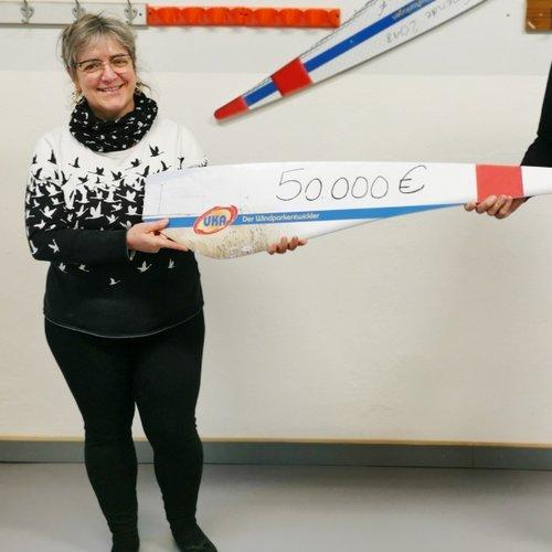 Guido Hedemann, Geschäftsführer von UKA Cottbus, überreicht den symbolischen Spendenscheck an die geschäftsführende Vorsitzende des MRZ Cottbus e.V., Sylvia Wähling. Foto: MRZ