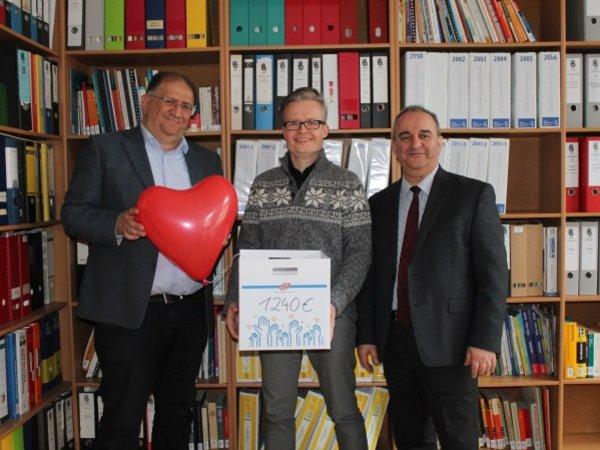 : Timur Habekost (Mitte), Niederlassungsleiter des UKA-Standortes Hannover, besuchte Ahmet Kimil (l.) und Ramazan Salman (r.) im Ethno-Medizinischen Zentrum Hannover