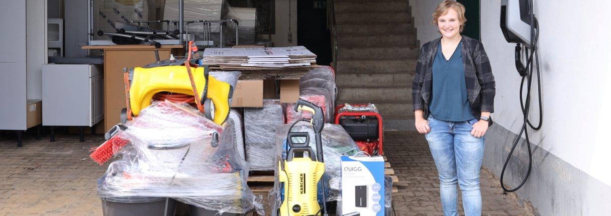 UKA-Mitarbeiterin Pia Sophie Kohlmeier begleitet die Lieferung der Gerätespende in das vom Hochwasser getroffene Mechernich.
