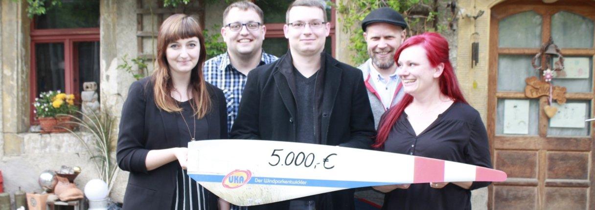 Lisa Fritsche von UKA (links) übergibt die Spende symbolisch an Engagierte des Kreisjugendring Meißen e.V. (v.l.n.r.): Robert Wölk, Maximilian Schikore-Pätz, Dennis Kirchhoff und Marlen Linke.