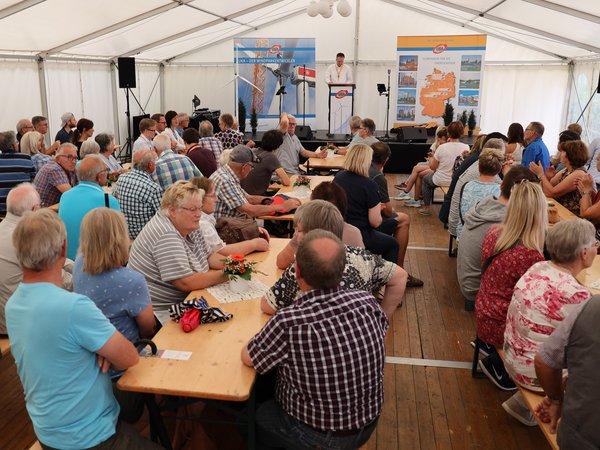 Im Festzelt gab es Infos zum Windpark, Speisen und Musik.