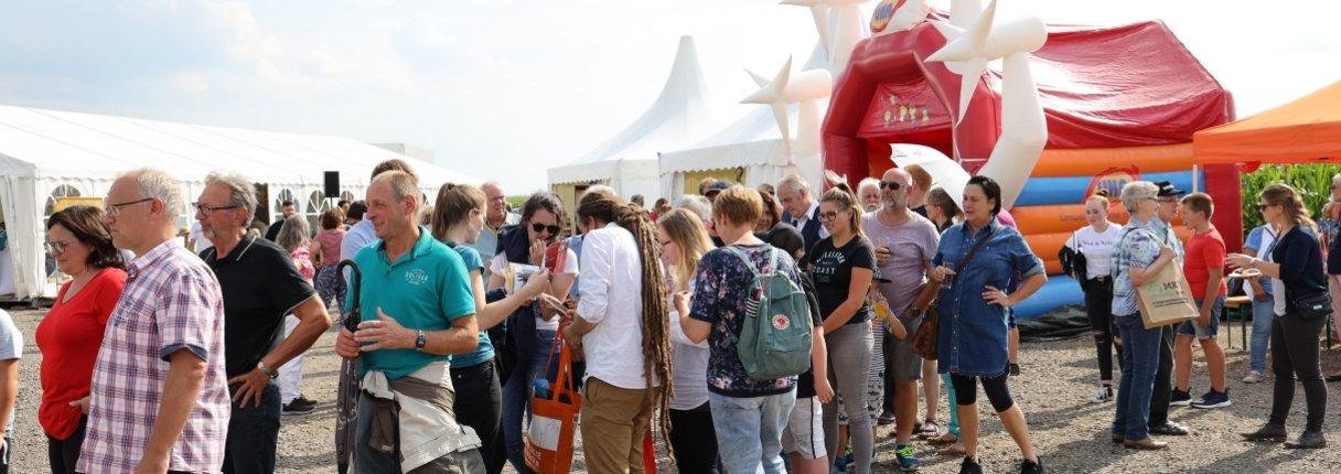 Gäste und Mitarbeiter feiern beim Windparkfest.