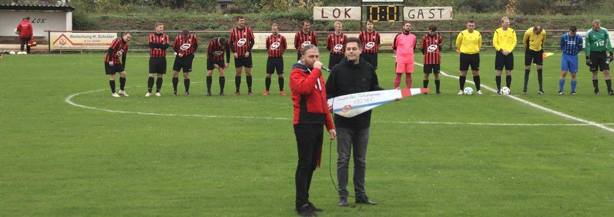 Kevin Kalbitz von UKA Cottbus (r.) übergab die Spende an den Vereinsvorsitzenden Rene Kauk.