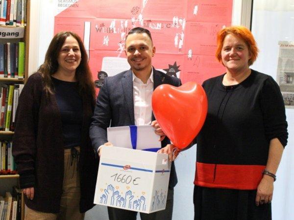 Philipp Riesmeyer, Niederlassungsleiter von UKA Erfurt besuchte Sabine Stelzl und Uta Reber vom Frauenzentrum Brennesel mit einem besonderen Weihnachtsgeschenk.