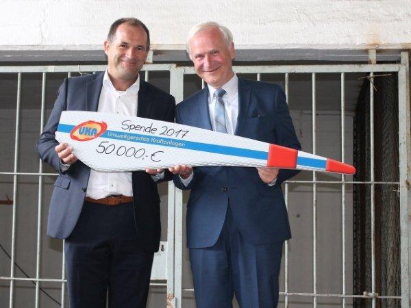 Guido Hedemann (Geschäftsführer UKA Cottbus, l.) übergab den Spendenscheck an Dieter Dombrowski (Vorsitzender des MRZ).