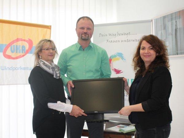 UKA spendet drei Monitore und 300 Euro für die Vereinskasse der Fraueninitiative Bautzen e.V. Dabei sind (v.l.) die Sprecherin der Fraueninitiative Gritt Borrmann-Arndt, Elmar Rose-Filaus von UKA und die Koordinatorin der Fraueninitiative Fränzi Straßberger.