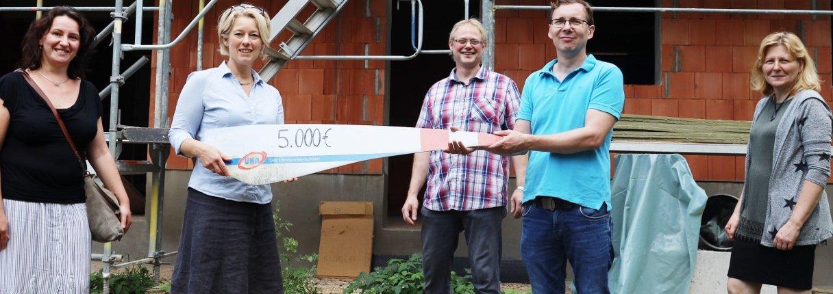Jana Böhme und Katrin Sauer von UKA übergeben die Spende symbolisch an den Gemeindekirchenratsvorsitzenden Gerald Bölke, Pfarrer Nathanael Schulz und Gemeindemitglied Manuele Bölke (von links nach rechts).
