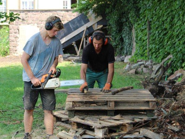 Für den Bau einer Holzmiete wurde Holz gesägt und gehackt