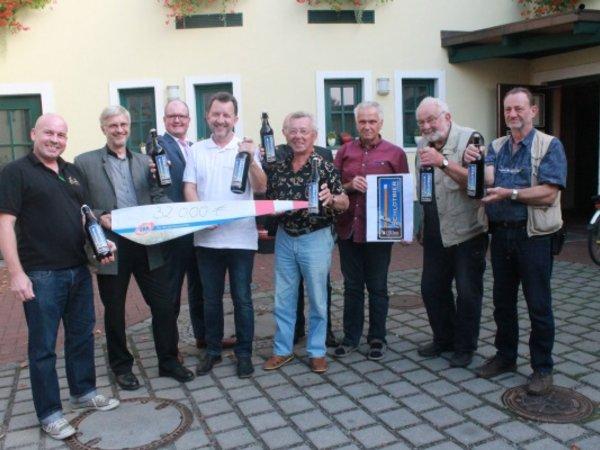 Spendenübergabe mit Bierverkostung (v.l.): Braumeister Markus Klosterhoff, Ole-Per Wähling (geschäftsführernder Gesellschafter UKA-Gruppe), Thomas Hettwer (Sparkassen Stiftung Finsterwalde), Andreas Claus (Bürgermeister Uebigau-Wahrenbrück)