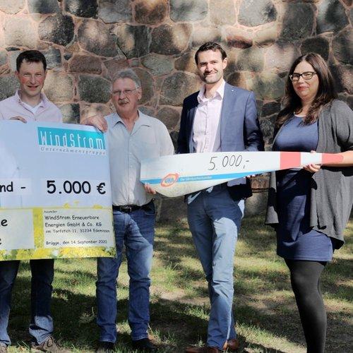 Dirk Goedecke von Windstrom (links) und Henning George sowie Stephanie Deleroi (auf der rechten Seite) von UKA übergeben je 5.000 Euro an Georg Zander (zweiter von links) und Axel Meumann vom Förderkreis.