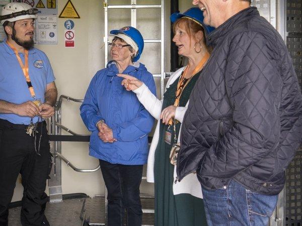 UKB-Mitarbeiter gewähren Blick in eine Windenergieanlage