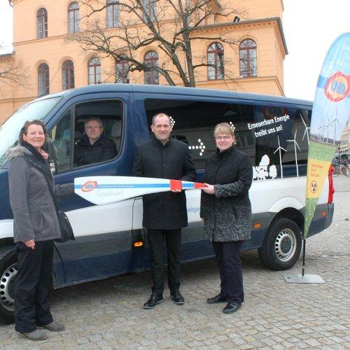 v.l.n.r.: Susanne Herms (Vorstand Verein Mensch Luckau e.V.), Fahrer Walter Exner, Guido Hedemann (Geschäftsführer UKA Cottbus), Birgit Lehmann (Hauptamtsleiterin Luckau)