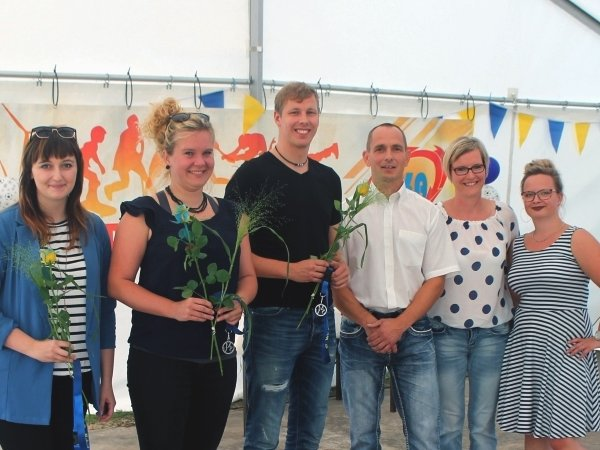 Lisa Fritsche, Aline Van Winsen und Raphael Brand von UKA mit dem Vorstand des Malterhausener Sportvereins Lars Koch, Karina Koch und Lucy Lasser (v.l.n.r.).