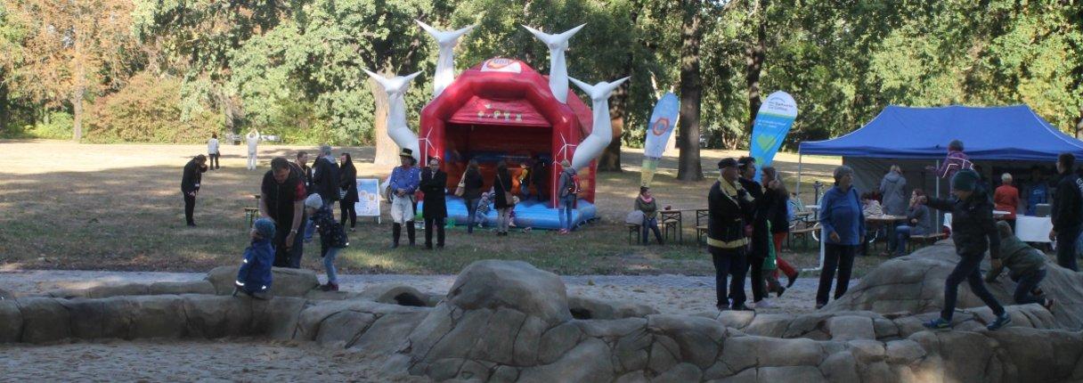 UKA Cottbus stellte für die Feierlichkeiten eine Hüpfburg zur Verfügung.
