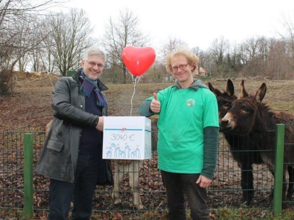 Am 11. Februar 2019 übergab der Geschäftsführende Gesellschafter der UKA-Gruppe Ole-Per Wähling (l.) das Weihnachtsgeschenk an den Betreiber des Elbe-Tier-Parks Hebelei Sven Näther.