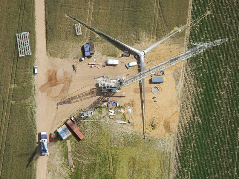 Im Luftbild ist der Bau der einhundertsten Windenergieanlage in Danna zu sehen.