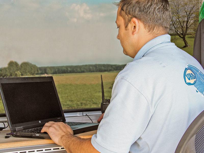 UKB-Mitarbeiter sitzt vor seinem Laptop.